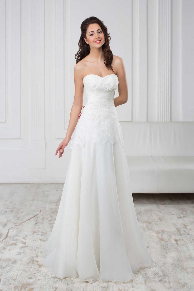Jednoduché svadobné šaty bez ramienok so srdiečkovým výstrihom