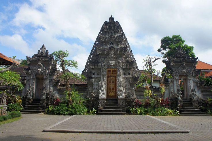 Serunya Mengeksplor Sejuta Keindahan Ubud   Dikaruniai budaya dan kondisi alam yang menakjubkan, ada banyak atraksi yang dapat ditawarkan Ubud Bali bagi Teman Pejalan yang ingin mengunjunginya. Dimulai dari mengawali hari dengan menjelajah pasar setempat hingga menutupnya dengan berdansa sepanjang malam.