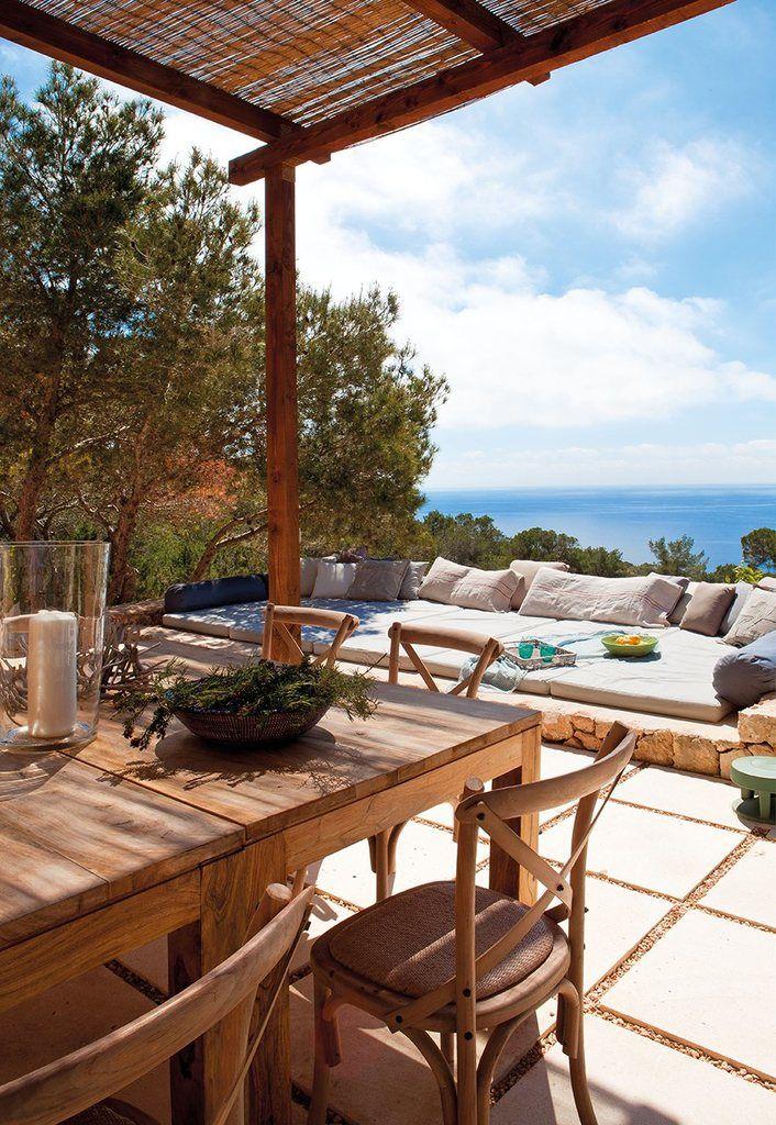 Простые деревянные стол и стулья создают обаяние сельского дома.  (средиземноморский,архитектура,дизайн,экстерьер,интерьер,дизайн интерьера,мебель,на открытом воздухе,патио,балкон,терраса) .