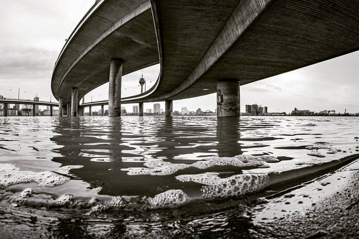 #düsseldorf #hochwasser #rheinufer #ausblick #rhine #Rhein #oberkassel #olympusomdem5 #samyang75 #m43 #m43movement #mft #bnw_duesseldorf #bnw #bw #btcfoto #kniebrücke #fisheye #türmchen...
