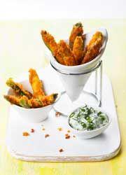Frites de courgettes panées au parmesan et sauce aux herbes