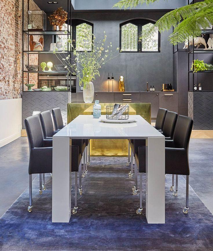 Deze prachtige designtafel is te herkennen aan een zeer fijn blad dat rust op zware vierkante poten. De witte hoogglans lak geeft je interieur een moderne uitstraling. Bovendien is hoogglans wit een makkelijke kleur om te combineren met andere meubels.