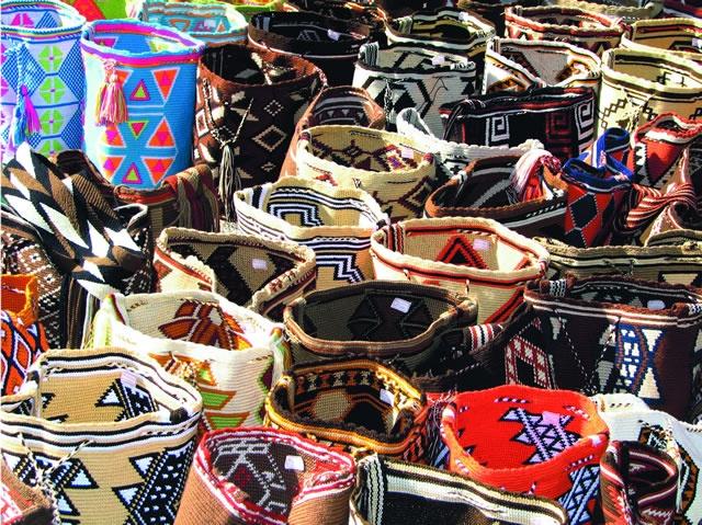 Mochilas Wayúu, mercado callejero, Riohacha, La Guajira. Colombia-Street market, Wayuu bags-Riohacha, Guajira.