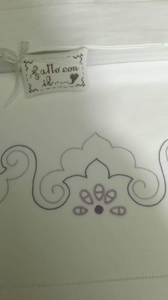 lenzuolo matrimoniale, regalo per la mia sorellina... disegno di mani di fata i punti alla mia fantasia... il bigliettino schema di cuore batticuore