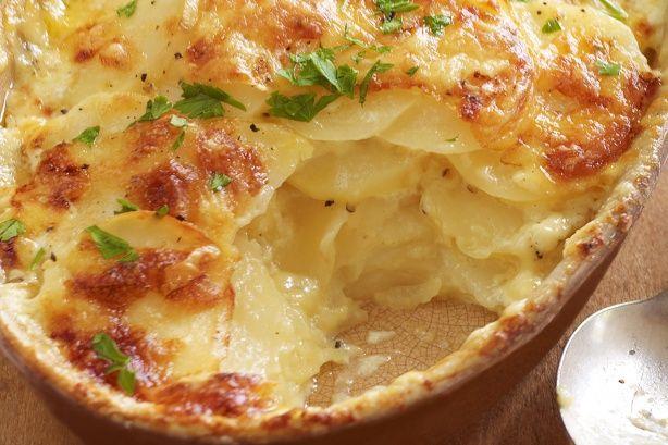 Μια υπέροχη ιδέα    Υλικά    • 750 γρ. πατάτες μεγάλες, κομμένες σε λεπτές, διάφανες σχεδόν φετούλες    • 3 σκελίδες σκόρδο, πολύ ψιλοκομμένες    • βούτυρο -όχι φυτικό    • 300 ml κρέμα γάλακτος    • ½ φλιτζάνι γάλα    • ελάχιστο μοσχοκάρυδο τριμμένο    • αλάτι, πιπέρι    • 150 γρ.