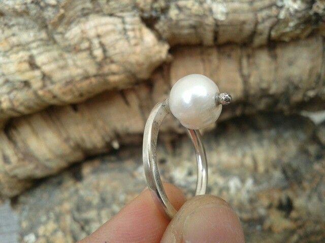 Anillo frontal de plata de ley y perla cultivada. Sencillo y diferente. Joyeria Alos40 www.alos40.es