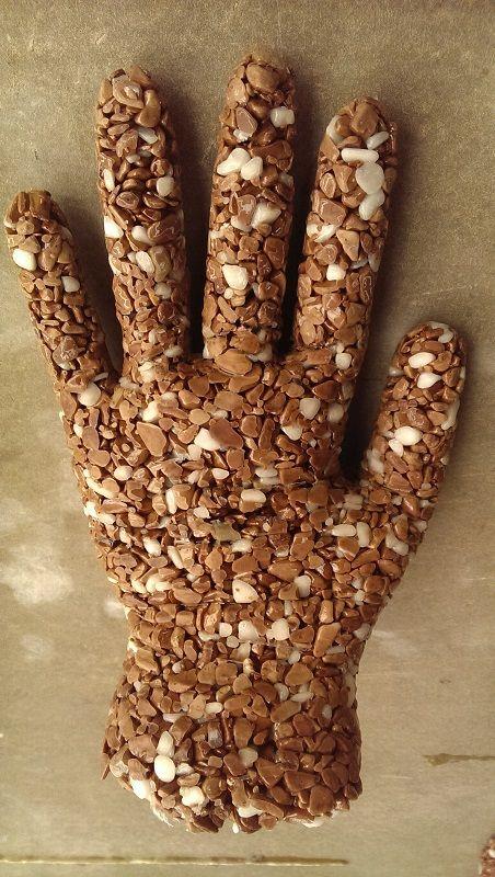 """Zpracováváte kamenný koberec TopStone a máte drobný přebytek? Nevadí, můžete využít třeba na těžítka nebo stojany na prstýnky :) nebo cokoliv si usmyslíte..... Návod na """"ruku"""": zbylou směs naplníte do plastové rukavice, vytvarujete dle potřeby (nebo jiné plastové nádoby) a necháte ztuhnout. Odstraníte rukavici a je to :)  Užijte si kreativní pondělí :) :) :), těšíme se na Vaše """"zbytkové"""" výtvory :) :).  https://eshop.topstone.cz/  #topstone #kamínkovýkoberec #mramorovýkoberec #cospřebytkem…"""