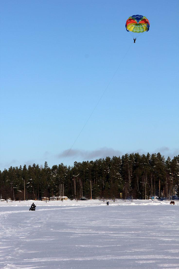 Parasailing-Abenteuer auf dem Saimaa-See in Finnland - http://bit.ly/WinterParasailing