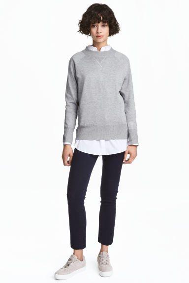 Chino Skinny: Chino ajusté en twill super extensible. Modèle avec poches latérales et poches passepoilées dans le dos. Braguette zippée et fermeture par agrafe.