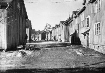 Kangasalantie 13-19 nähtynä Anjalantieltä. Kunnalliset työväenasunnot. Ensimmäinen talo oik. Anjalantie 6.