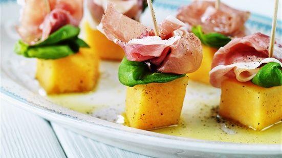 ANTIPASTI: Blanda melon med lite olivolja och krydda med svartpeppar. Lägg upp på fat och lägg basilika och prosciutto på melonbitarna och stick i små grillspett av trä. Ringla över extra olivolja och krydda med svartpeppar.