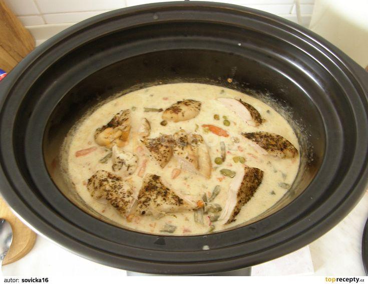 Na dno PH dáme mraženou zeleninu a osolíme.Na zeleninu naskládáme osolená a kořením gyros posypaná kuřecí prsa a poklademe na plátky pokrájeným...