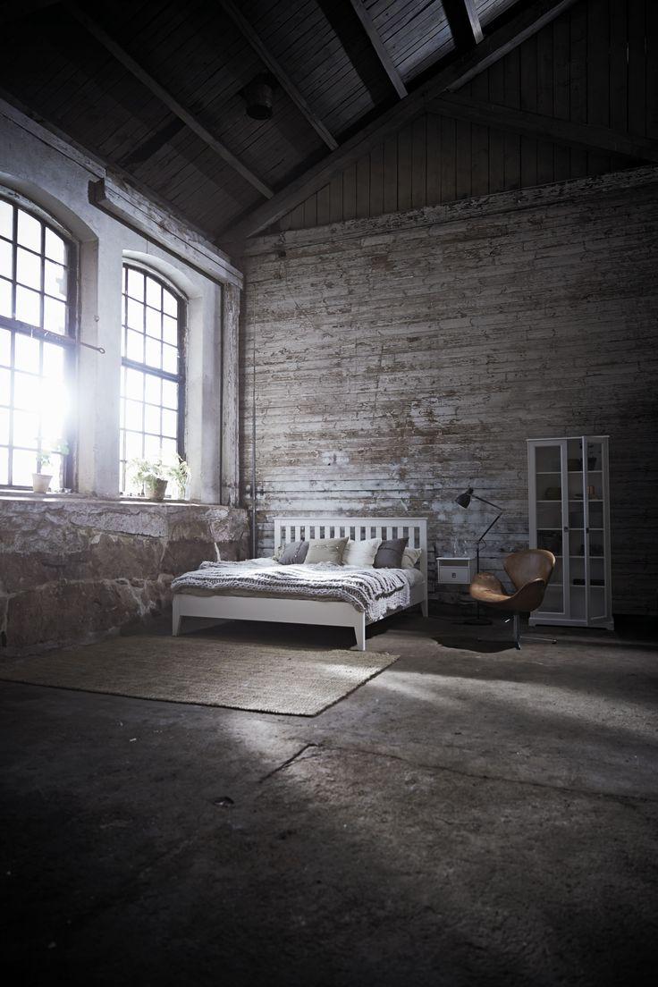Sängram utan fotgavel i vitt från Mavis. EM Möbler - Smögen