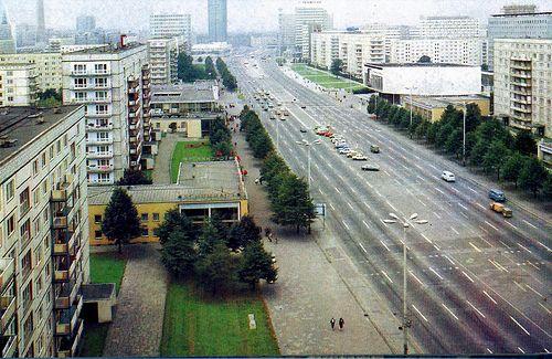 DDR, Berlin, Karl Marx Allee. Avenue Karl Marx, Berlin-Est, RDA. Karl Marx avenue, Berlin, former GDR. Avenida Carlos Marx, Berlìn, RDA. Avenuja Karl Marks, Berlin, ish Gjermani lindore.