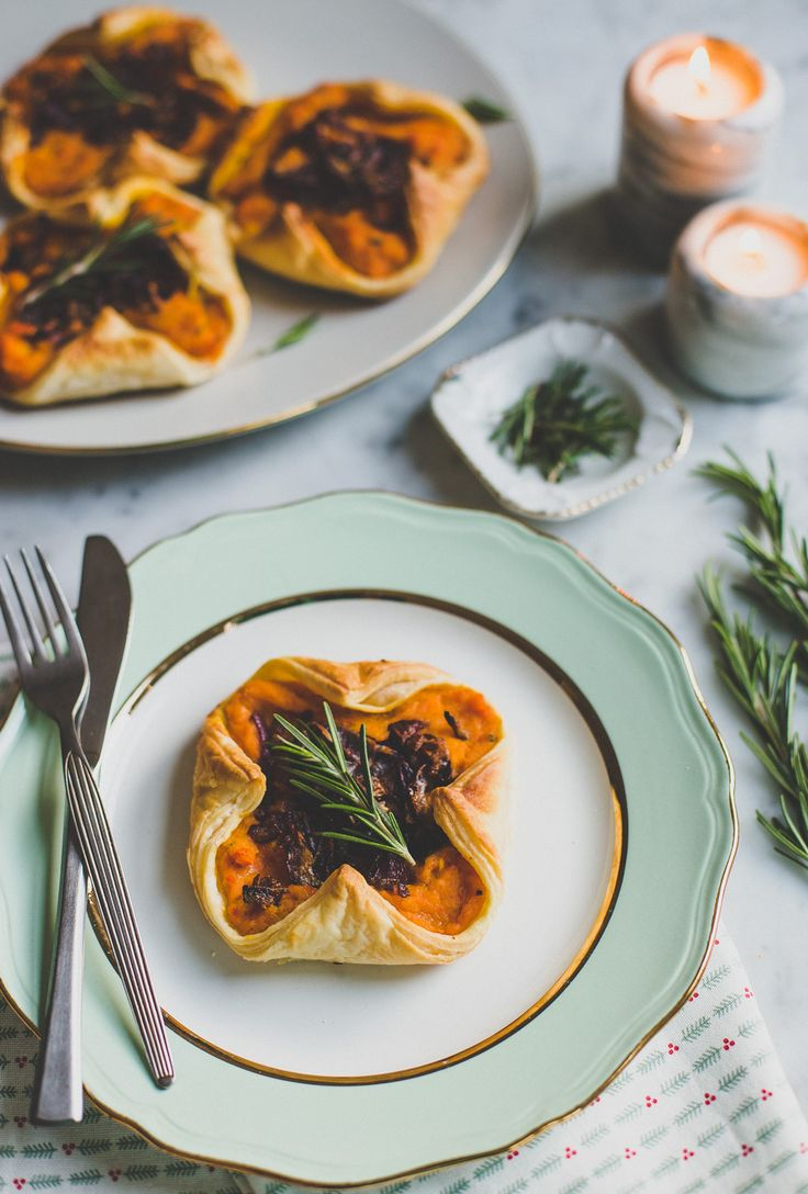 Bladerdeeghapjes met pompoen en gekarameliseerde rode ui. Ontzettend lekker, erg feestelijk en binnen 3 kwartier op tafel.