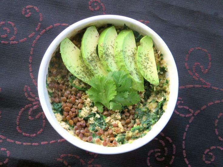 Hartige havermout met spinazie, linzen, plantaardige melk, avocado en edelgist