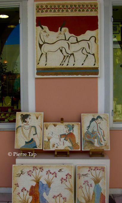 Akrotiri les fresques (antilopes, boxeurs, printemps et femmes) sont désormais devenues le symbole de Santorini. Elles sont vendues comme telles.