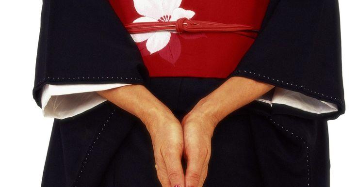 """Cómo hacer un kimono japonés para una mujer. Los kimonos son una prenda fundamental para muchas mujeres japonesas. La palabra significa simplemente """"cosas para lucir"""". El kimono tiene una larga historia en Japón y ha cambiado con el tiempo, por lo que los actuales reflejan un estilo moderno y las tendencias de la moda. En la actualidad, es probable que una mujer japonesa tenga un sólo ..."""