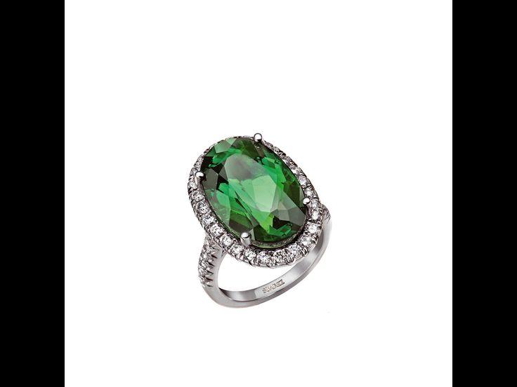seleccionamos los mejores anillos de compromiso para tu fiesta de pedida de mano: sortiija con pavé de brillantes y turmalina verde de Suárez