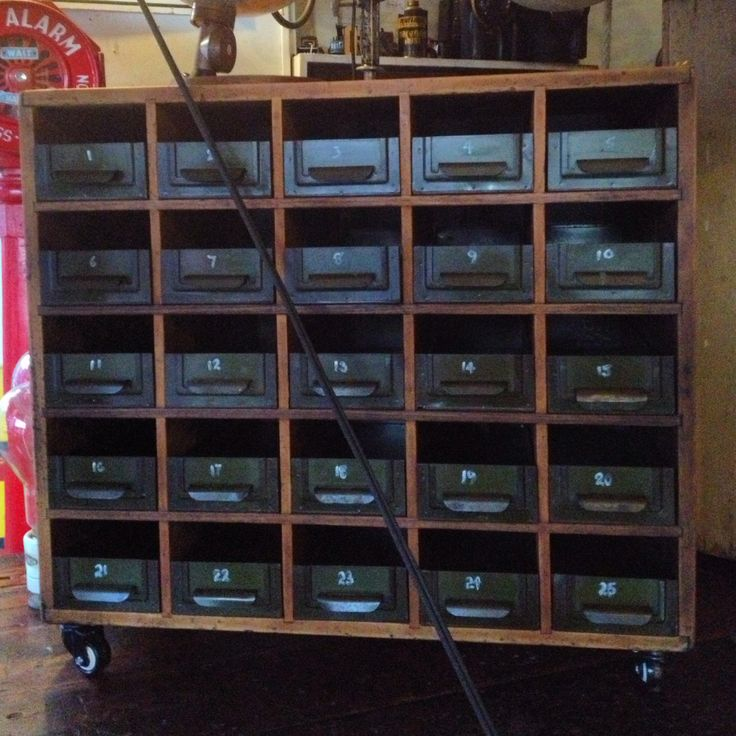 Workshop storage unit with 25 metal drawers... and it's on wheels. H750mm, W810mm, D445mm