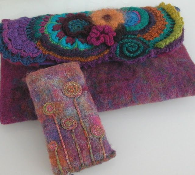 Pochette 20*30cm en tissu recomposé avec des bouts de laine (déchets de mes ouvrages au crochet) de la toile de laine, de l'organza pour ...