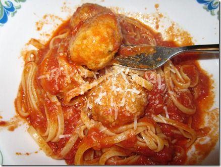 Ingredienti per le polpette (per tante polpette): 700 g macinato (di solito mischio maiale e manzo) 2 uova parmigiano grattugiato sale, pepe prezzemolo tritato 1 patata bollita pane ammollato nel latte freddo