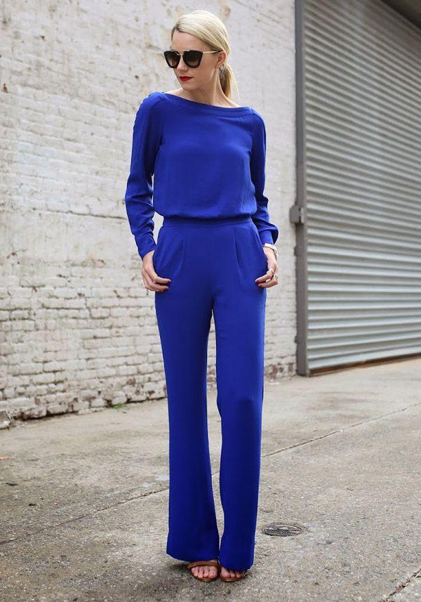 Look para um coquetel de trabalho, com macacão de manga longa azul.