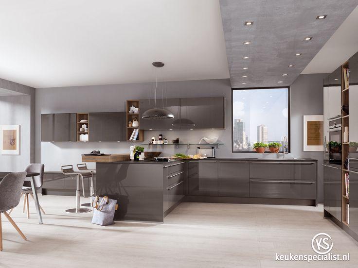 """Steeds vaker stappen we van de """"vertrouwde"""" witte keukens af en durven we voor het iets gewaagdere (maar zeker niet minder stijlvolle!) donkergrijs, blauw of groen te gaan. Mooi toch?"""