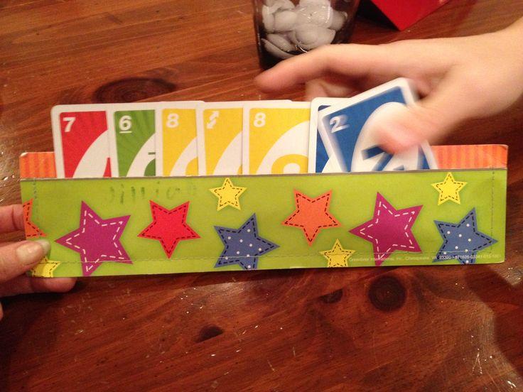Kartenhalter basteln aus 2 Streifen bemalter Pappe. Einfach an den Enden…