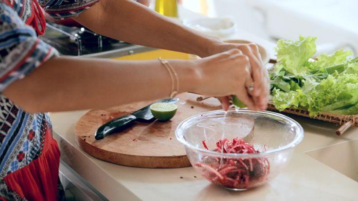Picles de beterraba e cebola Ingredientes: ½ beterraba ralada ½ cebola fatiada em tiras finas Limão Azeite Sal marinho  Modo de preparo: Coloque em uma vasilha todos os ingredientes. Guarde na geladeira por 24h.