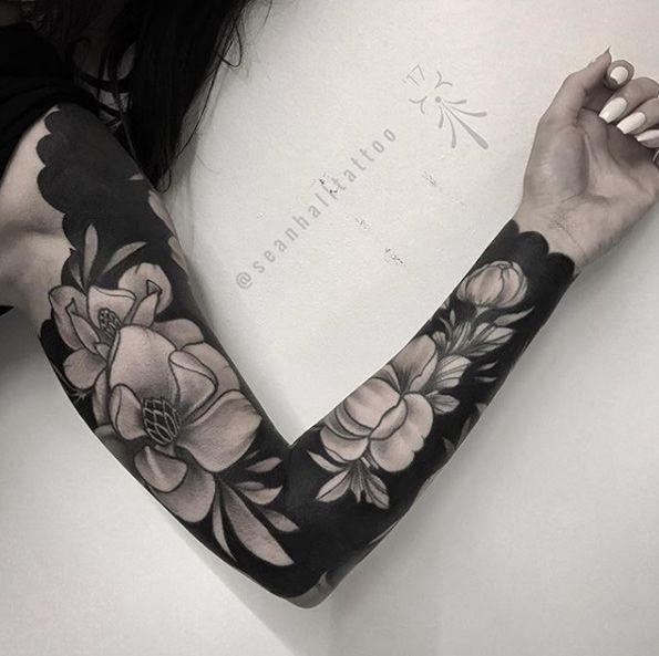 Body – Tattoo's – Schwere schwarze florale Hülse von Sean Hall