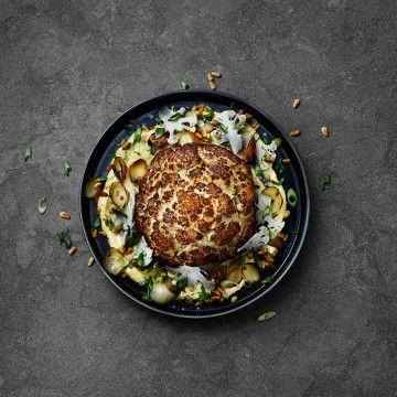 Helbakad blomkålpassar perfekt som tillbehör, men även som varmrätt. Med Lohmanders bearnaise får rätten fantastiska smaker, här hittar du receptet.