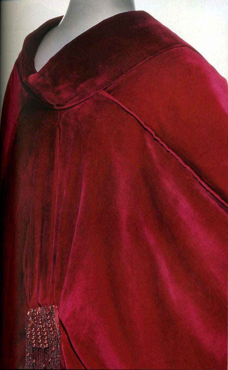 Манто. Ворт, около 1910. Темно-красный бархат, воротник «кимоно», напоминающие петли украшения из кумихимо (японский шнур), кисть с бисером.