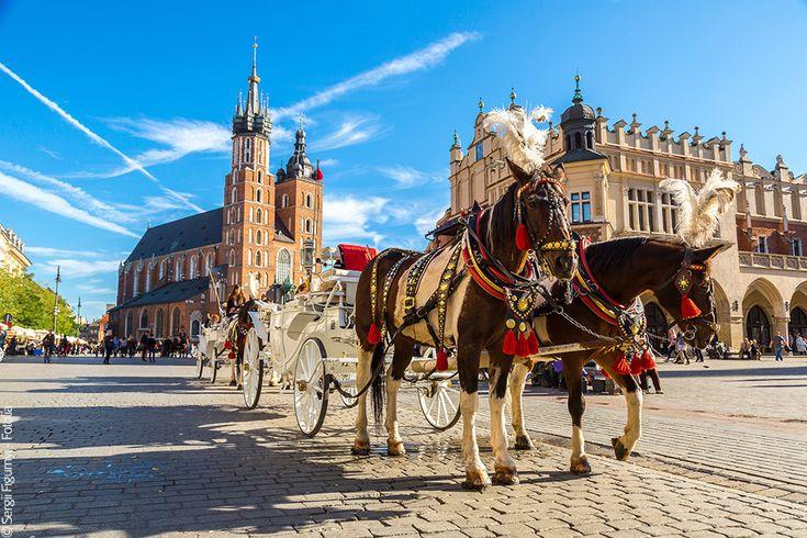 Week-end Cracovie Pologne. Cracovie est l'un des joyaux d'Europe Centrale. Moins connue que Prague, la belle Polonaise n'a rien à envier à sa consœur tchèque. Capitale de cœur des Polonais, Cracovie regorge d'églises, de musées et de palais en un formidable éventail de styles, du gothique au baroque. Et, pour ne rien gâcher, cette ville étudiante possède un nombre impressionnant de cafés et de restos sympas. Qu'attendez-vous pour y aller ?