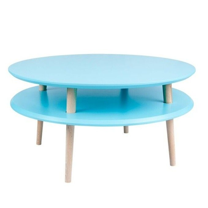 UFO, to je stolek, který je neskutečně sympatický. I když jeho tvary a zpracování ho řadí mezi ryze moderní kus nábytku, jeho barva a harmonické vyznění mu dávají lidskou tvář, díky které se u vás bude cítit hned doma. Vrchní desku můžete používat na odkládání kávy, čaje nebo drobného občerstvení, spodní část vám zase poslouží jako prostor na ukládání novin, telefonu nebo notebooku. Stolek vám domů přijde rozložený, ale jeho složení zvládnete levou zadní.