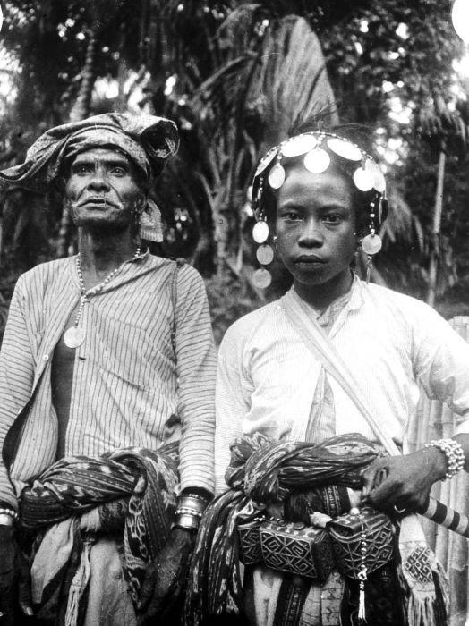 COLLECTIE TROPENMUSEUM Een   meo voorvechter en priester van Mata-Amarasi met zijn vader in vol ornaat, Timor.