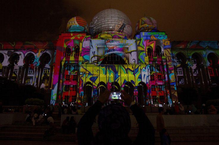LUZ EN MOVIMIENTO. La gente se deleita en el festival de Luz y Movimiento de Putrajaya, Malasia. El festival malayo ha vuelto por tercer año consecutivo a iluminar la ciudad de malaya. (EFE, AP)   MIRÁ LA FOTOGALERÍA EN HD