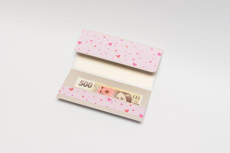 13. Dárkový obal nejen na peníze - 10x19 CHIYOGAMI Chcete svým blízkým darovat peníze, darovací poukaz, vstupenku na koncert....... prostě cokoliv, co lze vložit do obálky a obálka Vám přitom připádá fádní a nezajímavá? Pak doporučujeme využít naše dárkové pouzdro Pouzdro je vyrobeno z tvrdého kartonu s metalickým efektem a následně dozdobeno scrapbookovým papírem. ...