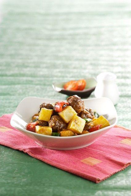 Sajian seperti bola daging tumis kentang cabai ini bisa menjadi salah satu pilihan untuk menu harian Anda. Agar menu keluarga Anda lebih bervariasi menu ini bis