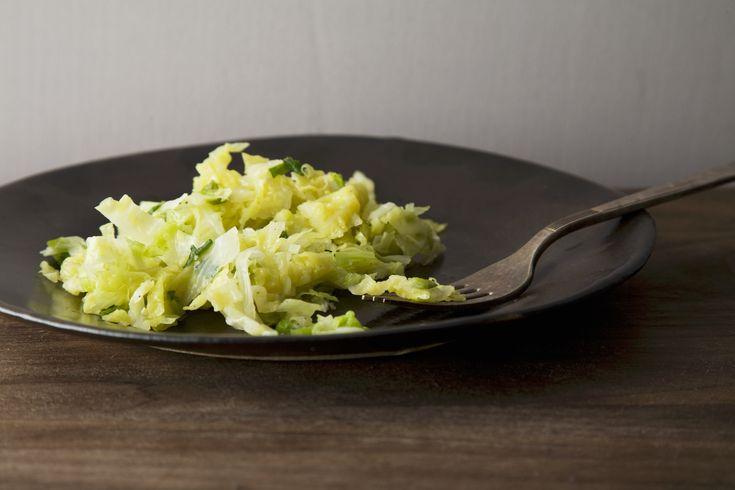 La verza in padella, saltata in padella con aglio, olio e peperoncino, è un contorno saporito realizzabile con una ricetta veloce: gustala anche tu.