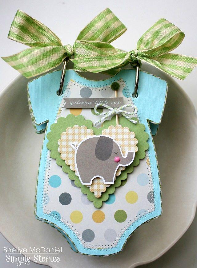 Mini álbum con forma de ropa de bebé, ideal para recién nacidos.
