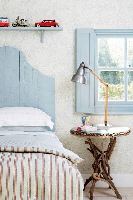 Ver todas nuestras ideas de diseño dormitorio elegante.  La inclusión de este dormitorio de estilo de Nueva Inglaterra con rayas desteñidas y madera pintada.