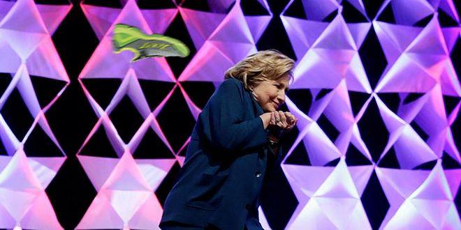 Découvrez le lancer de chaussure sur Hillary Clinton pendant une conférence à Las Vegas. le Ministre Australien, lancer de chaussure sur George W. Bush, hilary clinton, hillary clinton, lancer de chaussure, hillary clinton blague, hillary clinton conference las vegas, hillary clinton evite une chaussure, hillary clinton cirque du soleil, hillary clinton softball, hillary clinton peur, hillary clinton lancer de talon, elle lance sa chaussure sur hillary clinton.