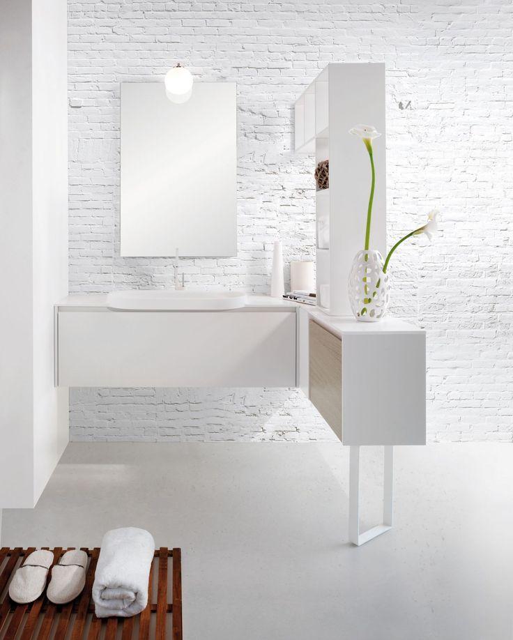 Bardzo atrakcyjną aranżacją łazienki jest ograniczenie zabudowy do minimum i wybór jednolitych powierzchni, wśród których idealnie odnajdą się designerskie wanny, minimalistyczne meble czy kabiny prysznicowe.   #lazienka #dekoracjedolazienki #DecoArt24