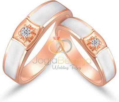 Untuk anda yang berbahagia menjelang penikahan mari sempurnakan dengan kehadiran cincin pasangan cantik ini. Cincin Kawin Dayati menampilkan desain yang sederhana namun padu dengan kombinasi lapis dua warna, warna emas dan perak. Finishing kilap semakin tampak berkilau dengan tambahan satu buah