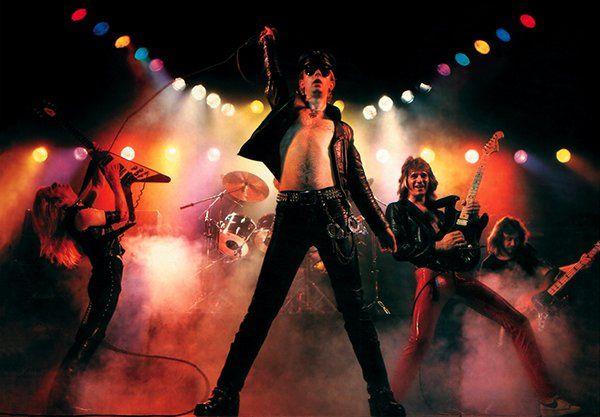 Mira videos y escucha gratis a Judas Priest. Judas Priest es un grupo británico de Heavy metal. Recibió la influencia de los tres grupos fundadores del sonido del Metal que fueron Deep Purple, Led Zeppelin y Black Sabbath anticipando el estilo metálico que marcaría la era del NWOBHM. Podría decirse incluso que fueron los inventores del estilo ya que aportaron el sonido de las dobles guitarras con sonidos contundentes, voces espectaculares y como no, la propia indumentaria típica del Heavy…