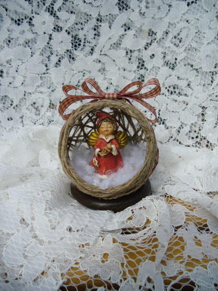sfera natalizia di spago con angelo