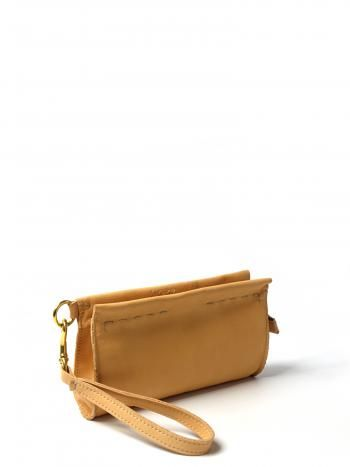 Sara är en liten läderväska med avtagbar handledsrem.