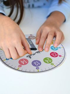 Telling time in French. Voici la méthode classique et efficace pour apprendre à lire l'heure aux enfants. Il faut avant tout se familiariser avec l'horloge analogique, son cadran, ses aiguilles, ses chiffres.
