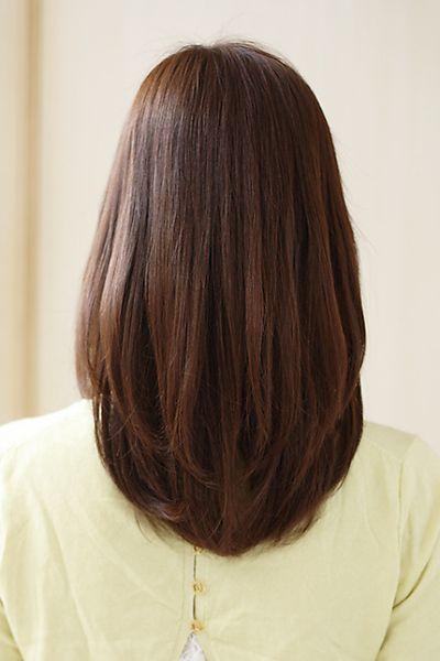 ナチュラルなミディアムストレートスタイル。胸くらいの長さでカットした前上がりのミディアムボブベース。前髪は作らず、サイドに流して大人な雰囲気に♪カラーリングはスウィートブラウンで柔らかと落ち着きのある上品カラーに仕上げました。くせのある方も内に入るようにナチュラルなストレートをかけてあげると柔らかい質感に仕上がりますよ♪毛先をまけばアンニュイな雰囲気に、ワンカールにすればセミディなボブになります黒髪でも、はやりのノーブルカラーでもオシャレなストレートスタイルです。